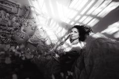 Портрет красивой тонкой сексуальной милой девушки на кровати с белым бельем в белом верхнем белокуром бодрствовании поднимающем в Стоковое Изображение RF