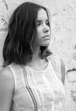 Портрет красивой унылой девушки в белом платье в черно-белом Стоковое Изображение RF