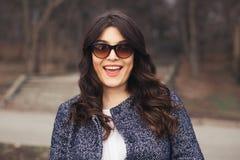 Портрет красивой усмехаясь девушки в солнечных очках Стоковые Изображения
