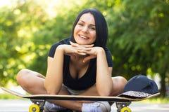 Портрет красивой усмехаясь девушки конькобежца Стоковое Изображение