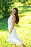 Портрет красивой усмехаясь девушки на природе Стоковая Фотография