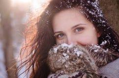 Портрет красивой усмехаясь девушки около дерева в зиме Стоковые Фотографии RF