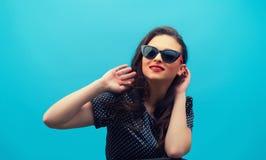 Портрет красивой усмехаясь девушки смотря вверх на черном v Стоковая Фотография