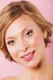 Портрет красивой усмехаясь женщины при свежая чистая кожа смотря камеру Стоковое Изображение RF