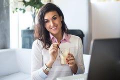 Портрет красивой усмехаясь женщины сидя в кафе Стоковые Изображения RF