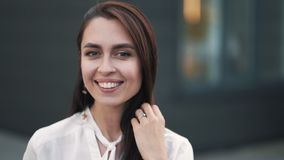 Портрет красивой усмехаясь женщины с естественным составляет, замедленное движение акции видеоматериалы