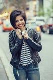 Портрет красивой усмехаясь молодой кавказской женщины девушки латиноамериканца Стоковое Изображение RF