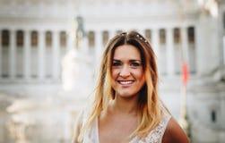 Портрет красивой усмехаясь невесты внешней Стоковые Изображения