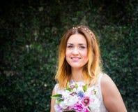 Портрет красивой усмехаясь невесты внешней Стоковые Фото