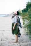 Портрет красивой усмехаясь смеясь над кавказской женщины брюнет с короткими волосами в серой рубашке, юбке Тюль балетной пачки зе Стоковые Изображения RF