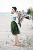 Портрет красивой усмехаясь смеясь над кавказской женщины брюнет с короткими волосами в серой рубашке, юбке Тюль балетной пачки зе Стоковое Изображение RF