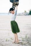 Портрет красивой усмехаясь смеясь над кавказской женщины брюнет с короткими волосами в серой рубашке, юбке Тюль балетной пачки зе Стоковое фото RF