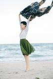 Портрет красивой усмехаясь смеясь над кавказской женщины брюнет с короткими волосами в серой рубашке, юбке Тюль балетной пачки зе Стоковая Фотография RF