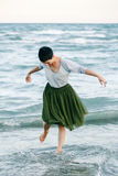 Портрет красивой усмехаясь смеясь над кавказской женщины брюнет с короткими волосами в серой рубашке, юбке Тюль балетной пачки зе Стоковые Фотографии RF