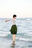 Портрет красивой усмехаясь смеясь над кавказской женщины брюнет с короткими волосами в серой рубашке, юбке Тюль балетной пачки зе Стоковые Изображения