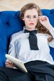 Портрет красивой успешной коммерсантки с стеклами дальше Стоковые Изображения RF