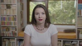 Портрет красивой челюсти упал рот молодой женщины широко раскрытый показывая выражение лица изумления - акции видеоматериалы