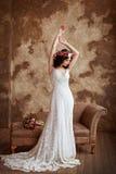 Портрет красивой чувственной девушки брюнет в dres шнурка белизны Стоковое фото RF