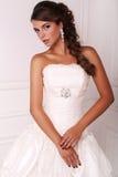 Портрет красивой элегантной невесты с темными волосами Стоковое Фото