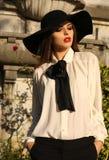 Портрет красивой ladylike женщины нося элегантные блузку и шляпу Стоковые Фотографии RF