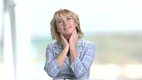 Портрет красивый белокурый ослаблять на запачканной предпосылке акции видеоматериалы