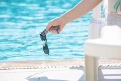 Портрет красивый выходить женщины бассейна красивые длинные волосы загорели модельный представлять голубой водой бассейна Стоковая Фотография RF