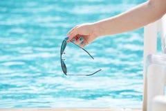 Портрет красивый выходить женщины бассейна красивые длинные волосы загорели модельный представлять голубой водой бассейна Стоковое Изображение