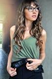 Портрет красивый модный кавказский представлять бизнес-леди внешний Стоковая Фотография