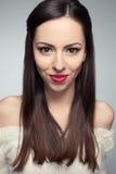 Портрет красивый молодой длинн-с волосами усмехаться брюнет Стоковые Изображения RF