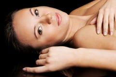Портрет красивый обнажённый лежать женщины. Стоковые Изображения