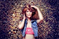 Портрет красивый представлять девушки Стоковая Фотография