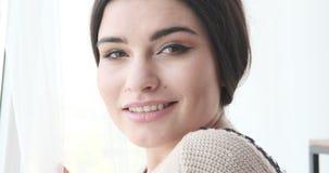 Портрет красивый усмехаться молодой женщины сток-видео