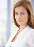 Портрет красивый усмехаться молодой женщины стоковые фотографии rf