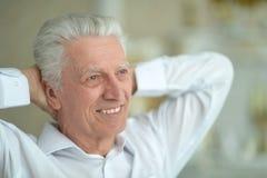 Портрет красивый усмехаясь представлять старшего человека стоковые фотографии rf