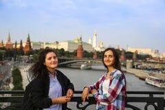 Портрет красивых девушек на предпосылке города Москвы стоковые изображения
