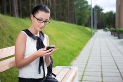 Портрет красивых девушки или студента школы сидя на wi стенда Стоковые Изображения