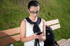 Портрет красивых девушки или студента школы сидя на wi стенда Стоковое Изображение RF