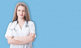 Портрет красивых женских сотрудник военно-медицинской службы или доктора Стоковые Фотографии RF