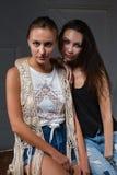 Портрет 2 красивых женщин стоковые фотографии rf