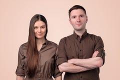 Портрет красивых молодых пар смотря камеру стоковое фото rf