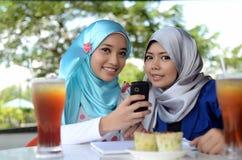 Портрет красивых молодых азиатских женщин на кафе Стоковая Фотография