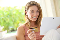 Портрет красивых покупок женщины на интернете стоковые изображения rf