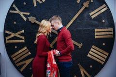 Портрет красивых стильных пар стоя около часов A Стоковая Фотография RF