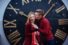 Портрет красивых стильных пар стоя около часов A Стоковые Изображения