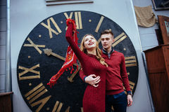 Портрет красивых стильных пар стоя около часов A Стоковое фото RF