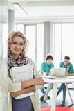 Портрет красивых файлов удерживания коммерсантки при коллеги работая в предпосылке на творческом офисе Стоковое Изображение