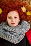 Портрет красной с волосами женщины на упаденных листьях Стоковое Изображение RF