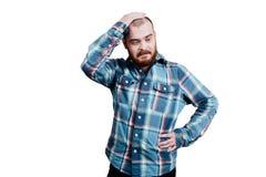 Портрет красно-бородатое, лысеющее мужское зверского B изолированный белизной стоковое изображение
