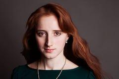 Портрет красн-с волосами женщины стоковые изображения