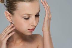 Портрет красотки дух девушки на запястье руки Стоковое Фото